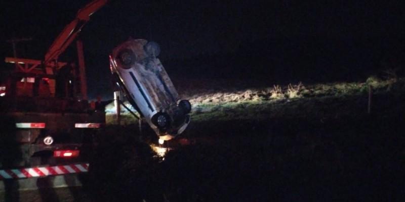 Mulher de 29 anos morre afogada após carro cair em valo