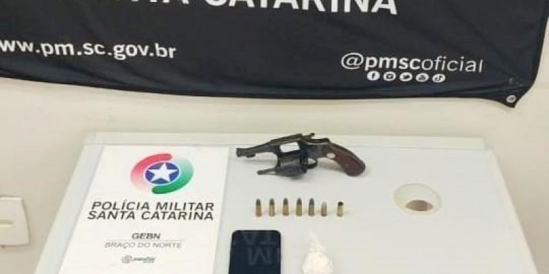 PM de Braço do Norte apreende arma de fogo e prende homem por tráfico de drogas