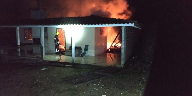 Residência é destruída por incêndio em Treze de Maio