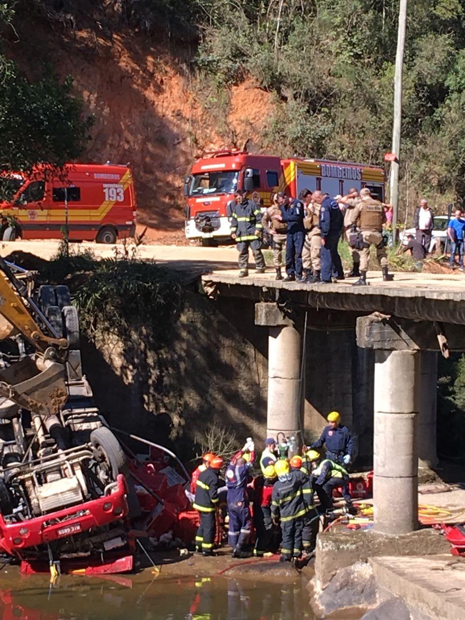 Vídeo: motorista é resgatado após cair com caminhão em ponte