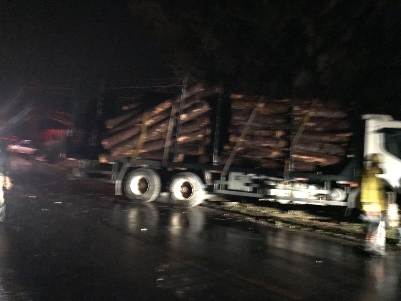 Acidente entre carro e caminhão deixa vítima fatal, em Armazém