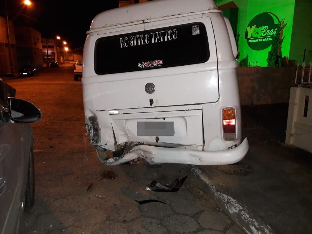Motorista embriagado colide em Kombi estacionada, em Braço do Norte