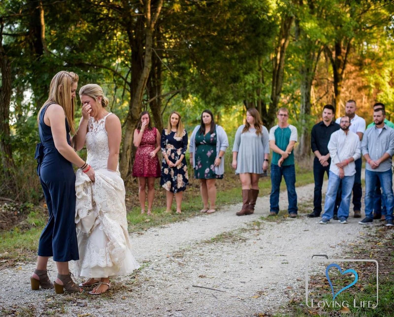 Vestida de noiva, jovem vai a túmulo de bombeiro no dia em que iriam se casar