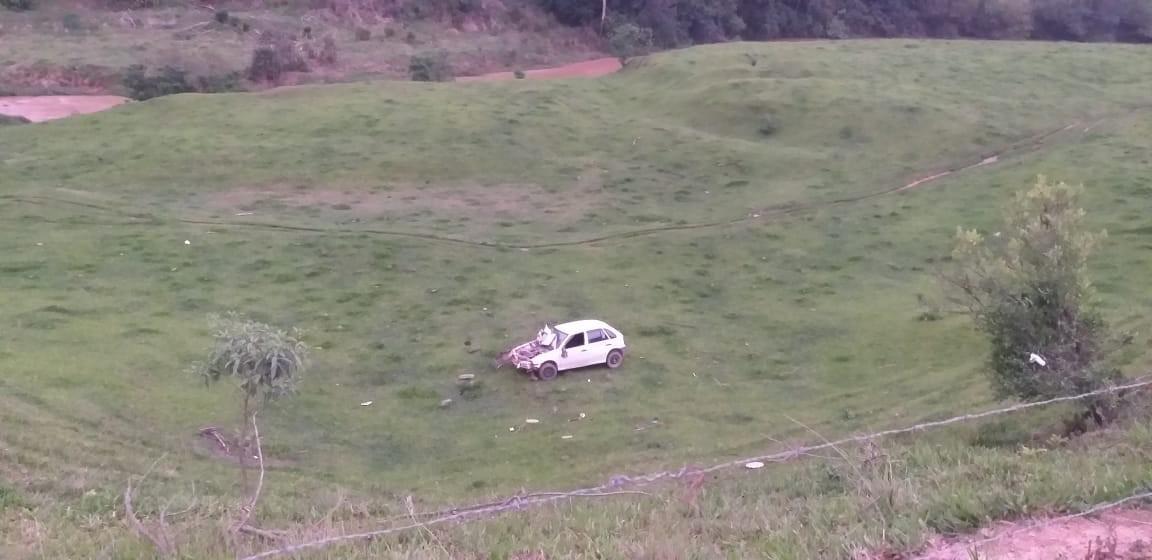 Homem morre e outro fica ferido após veículo cair em ribanceira, em São Ludgero