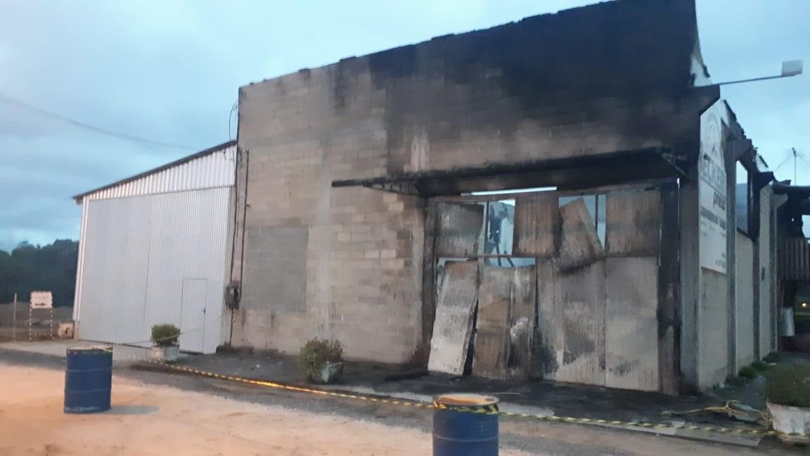 Vídeo: incêndio de grandes proporções destrói loja de pneus em São Ludgero