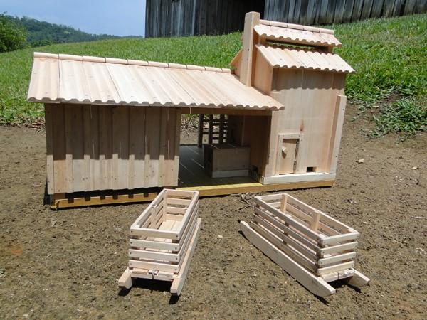 Escultor orleanense cria miniatura de estufa e galpão de armazenamento de fumo.