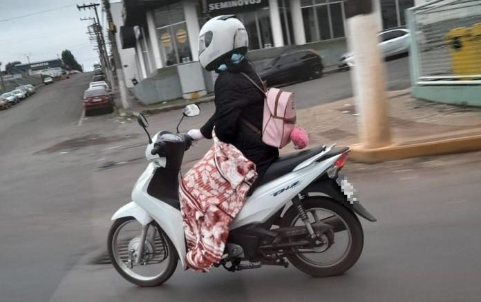 Mulher pilota moto de calcinha com temperatura negativa no PR; veja vídeo